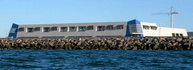 Fra havsiden ligner Elektromarines bygning en munter fæstning med visir på hjørnerne. Jörg Kerchlango