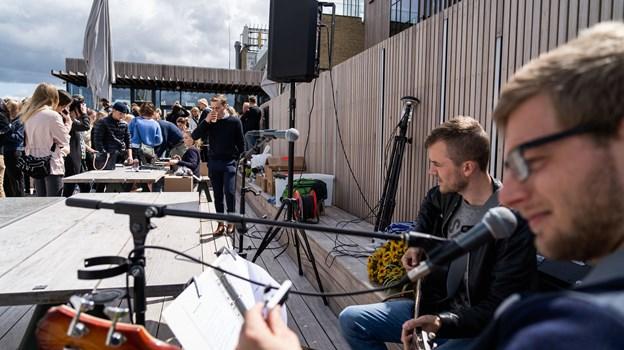 Der blev også tyvstartet med musikken til armbåndspåsætningen. Foto: Nicolas Cho Meier