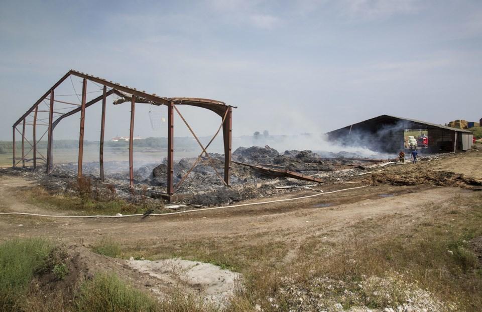 De forvredne stålspær er ved at blive fjernet fra brandstedet.Foto: Ajs Nielsen