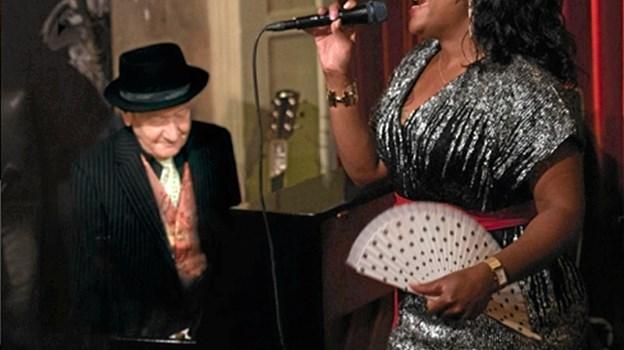 Dansk blues' grand old man, Troels Jensen kan opleves i godt selskab med den dygtige Miriam Mandipira. Sammen er de en af kongerigets hotteste blues-duoer lige nu. PR - foto PR - foto