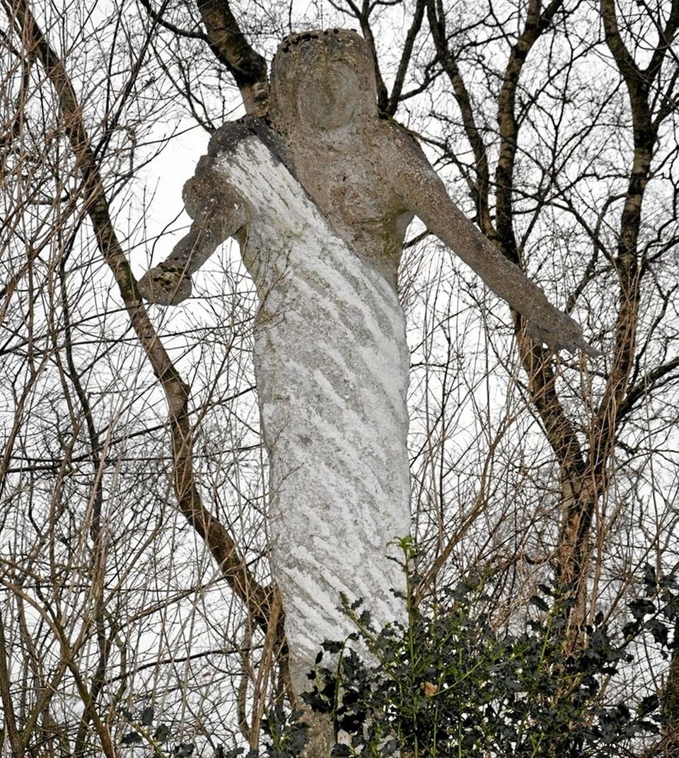 Den eneste af Anton Laiers skulpturer, som man kan finde ved privatboligen på Håndværkervej, er denne cementfigur af Jesus, som står ude bag ved huset med ryggen mod Aalborgvej. Foto: Ole Torp Ole Torp