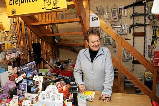 Fredag var sidste dag butikken holdt åbent. Indehaveren Kirsten Schmidt får herefter tid til sine fritidsinteresser. Foto: Hans B. Henriksen Hans B. Henriksen