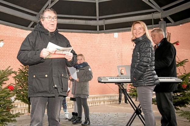 Karlo Thomsen bød de mange fremmødte børn, forældre og bedsteforældre velkommen til Bindslev, hvor julen skulle synges ind. Foto: Peter Jørgensen Peter Jørgensen