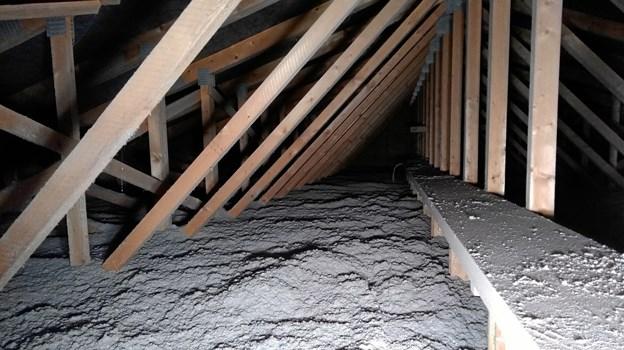 Sådan ser et loft, der er isoleret med papiruld ud efter endt gerning - og skulle der komme uorden i isoleringen, er det nemt at jævne ud.Privatfoto