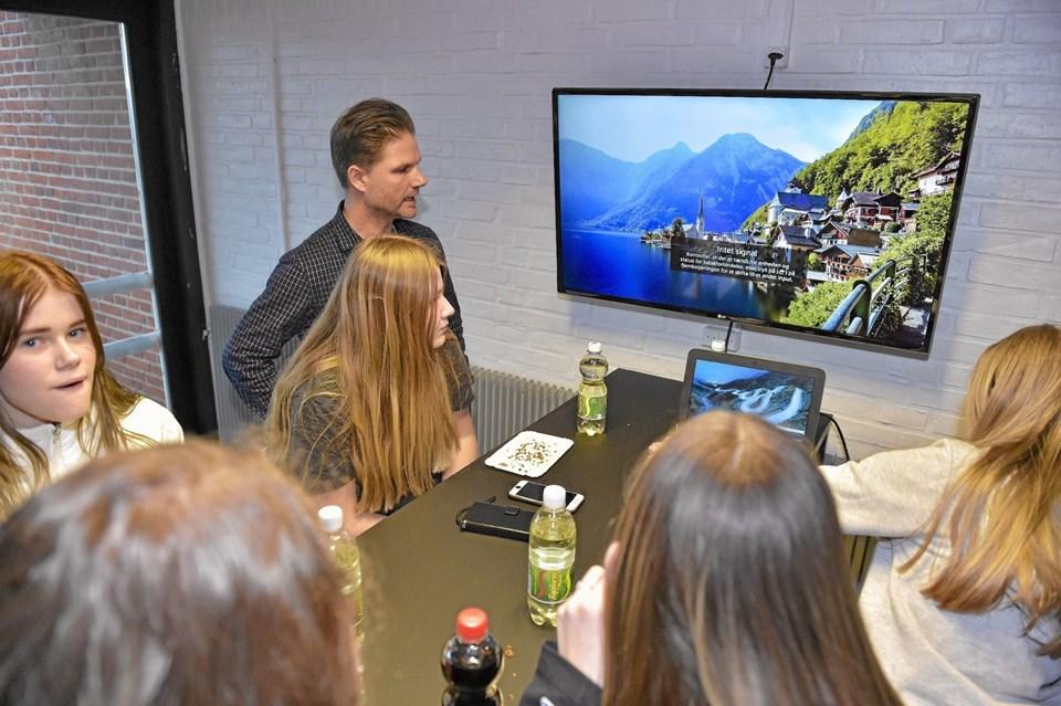 På de tidligere nøgne vægge er nu ophængt de første af flere store skærme, som eleverne frit kan koble sig på med deres udleverede Chromebooks eller Ipads. Ole Iversen