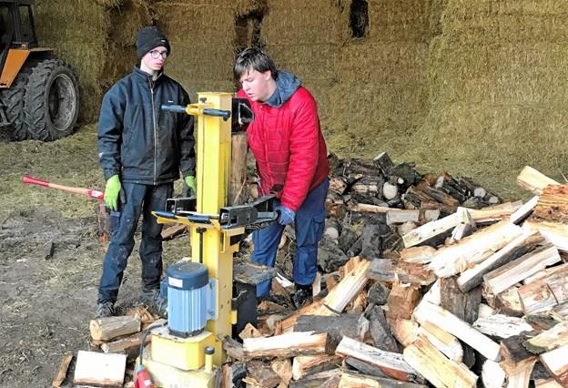 Ruben og Frederik kløver brænde. Det kan nok få én til at svede.