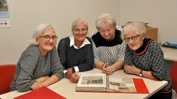 I anledning af jubilæet er fra venstre Rita Henning, Nancy Rasmussen, Jonna Nielsen og Inge Bisgaard ved at kigge lidt i scrapbogen. Foto: Ole Torp