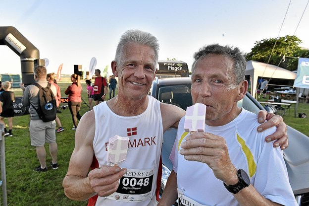 Jørgen Eliasson og Jesper Mariegaard (th) fik en velfortjent is efter 15 km. løb i sommervarmen. Deres tider blev 1.03.22 (Jesper m.) og 1.03.53 (Jørgen E.) Foto: Ole Iversen