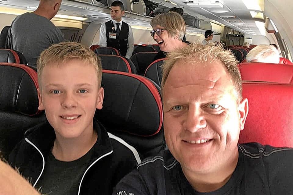 Malthe Jakobsen og far Lasse er taget til Thailand - til næste løb for Malthe i denne weekend. Privatfoto