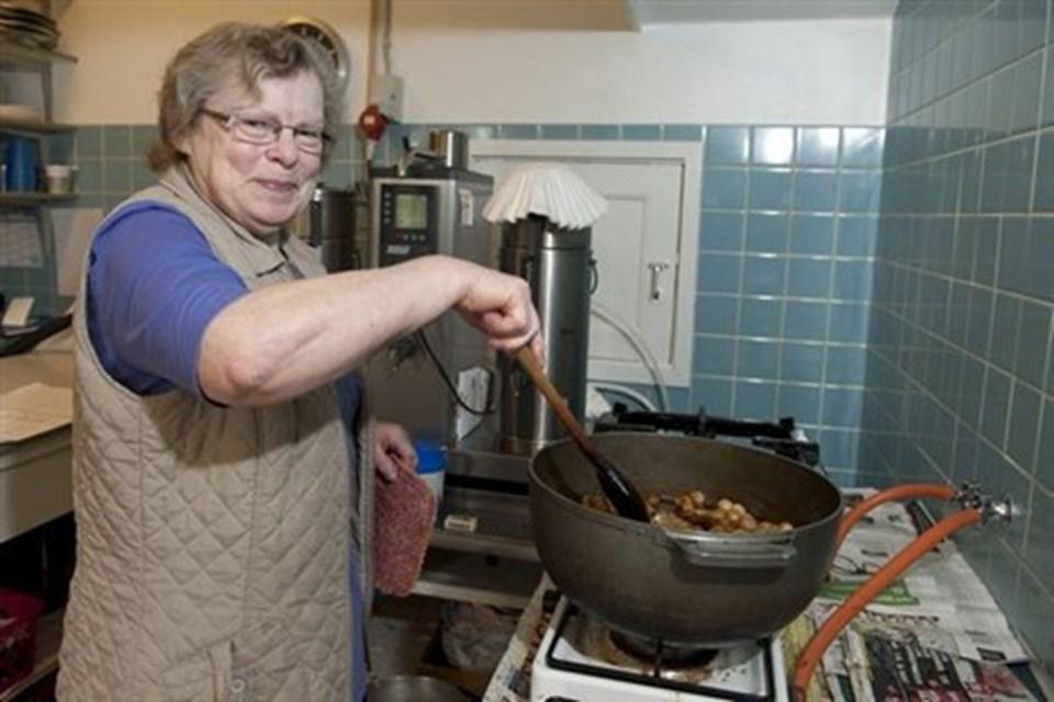 Doris Kristensen er kogekone i forsamlingshuset i Lendum - allerede fra morgenstunden smed hun en kalvesteg i ovnen, så de seks valgtilforordnede og den kommunale afstemningsleder kunne se frem til en solid frokost. Her er hun i gang med at glasere p