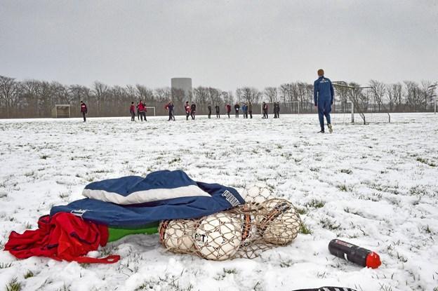 En smule sne kan ikke hindre en god omgang træningsbold - sæsonen er i gang. Foto: Ole Iversen Ole Iversen