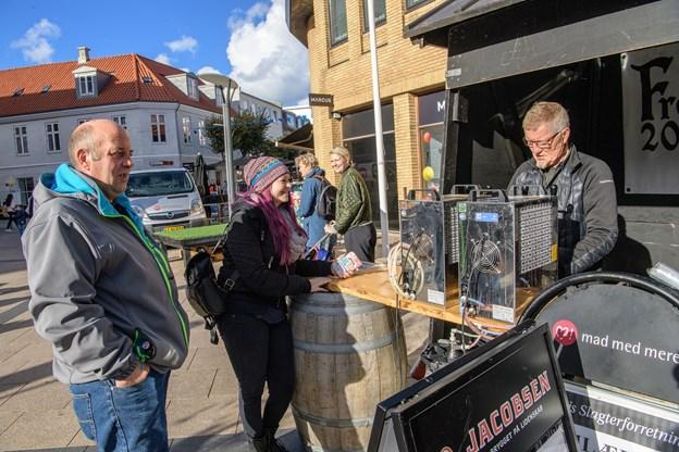Frederikshavn Bryghus og Emilievejs Slagter fortalte om ølpølser og øl - og delte i øvrigt smagsprøver ud. Men var man til halve liter, så klarede Freddy Rafn ærterne.  Foto: Peter Broen