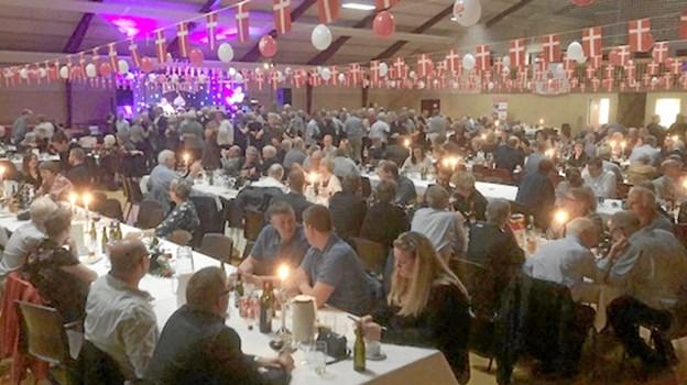 Næsten 400 deltog i garantfest i Klim Sparekasse - men der er også god grund til at feste - der er et overskud på godt seks millioner kroner før skat i sparekassen.  Privatfoto