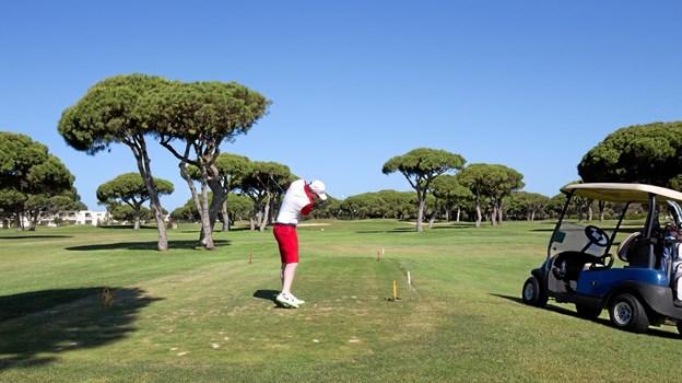 På trods af flere udfordringer ovenpå sine lammelser tilbage i 2013 formår Fredrik Øie i dag at spille golf til handicap 15. Det er et godt stykke under det gennemsnitlige golfhandicap i Danmark. Privatfoto