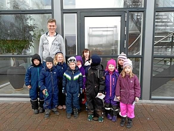Børnene fra Rabalderstræde i Mariager har besøgt en lokal virksomhed i Mariager, som gør det i genanvendelse af plast, Aage Vestergaard Larsen A/S. Privatfoto