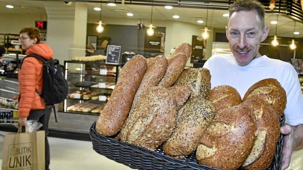 Bager Jan Jørgensen er glad for det nye brødinitiativ fra Coop: Brød-Cooperativet. Nye brød og nye omgivelser i bageriudsalget i SuperBrugsen. Foto: Ole Iversen