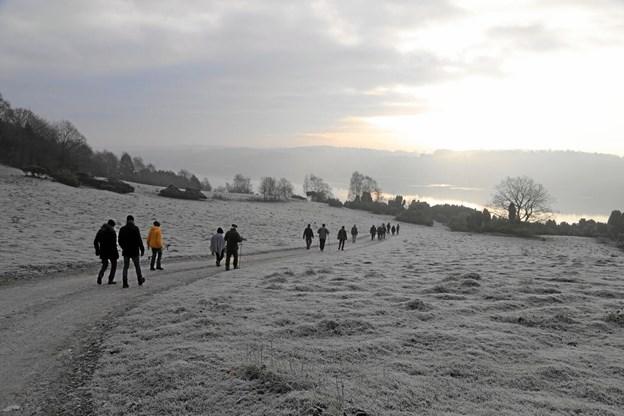 Efter den officielle del af DN-arrangementet benyttede hovedparten af deltagerne lejligheden til at gå en tur i Bramslev Bakker. Privatfoto