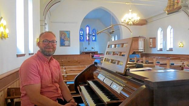 Søren Bundgaard ved orgelet som han betjener i Løkken kirke fra 1. august.Foto: Kirsten Olsen