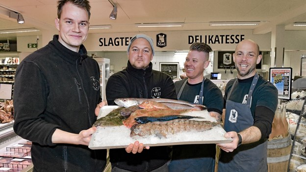 Fiskegutterne fra Spar: Fra venstre Thomas Sekkelund, og Jacob Schou fra Kyst. Derefter Kasper Christensen, slagter Spar, og medindehaver Anders Nyby. På bakken ligger havkat, makrel, knurhane, kulmule og rødspætter. Foto: Ole Iversen