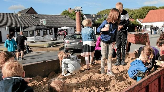 Børnene kunne grave guld, som derefter kunne indløses til slik i SuperBrugsen. Foto: Peter Jørgensen Peter Jørgensen