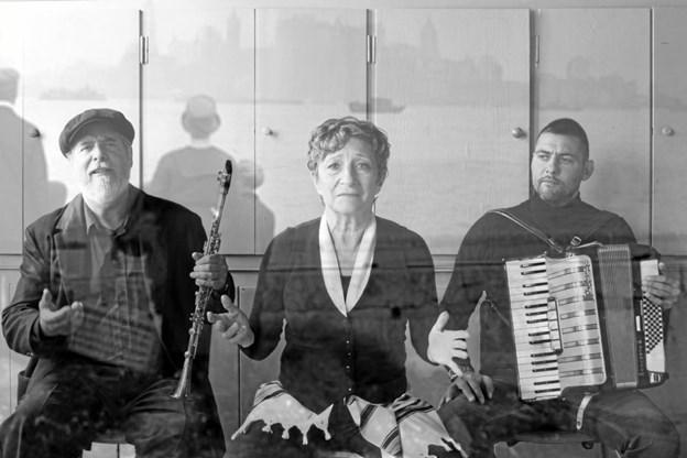 """Henrik Goldschmidt, Ina-Miriam Rosenbaum og Henrik Goldschmidt i forestillingen """"JOB - et enkelt menneske""""."""