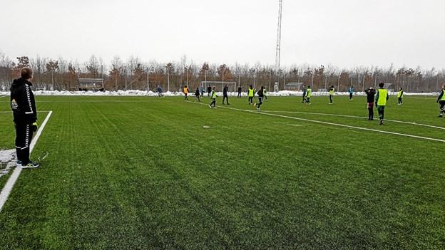 Træner Jan Schmidt sammen med U13 og U14 drengene. Foto: Karl Erik Hansen Karl Erik Hansen
