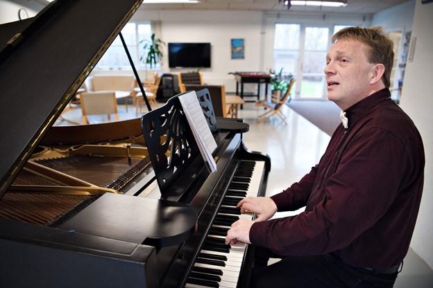 Jens Nielsen har sammen med Arne Andreasen udgivet 15 nye danske sange, som er gode bud til den nye Højskolesangbog. Jens Nielsen er dirigent for Bindslev-koret og er ansat som kirkemusiker ved Brønderslev Kirke. Foto: Hans Ravn