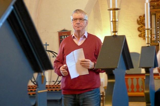 Formand for menighedsrådet i Als, Jens Laurids Pedersen tog opstilling midt i kirken og orienterede om arbejdet i rådet. Foto: Ejlif Rasmussen