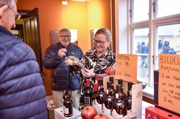Hos Jette Steffensen var der urimelige tilbud. Køb seks flasker portvin og spar mange penge pr. flaske. Man smagte først. Foto: Ole Iversen