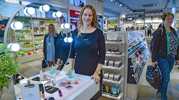 Butiksleder Nina Thomsen var stolt over sin nye store Matasbutik. Her står hun ved make-up øen, hvor kvinderne selv kan få lov at prøve nogle nye produkter. Foto: Ole Iversen