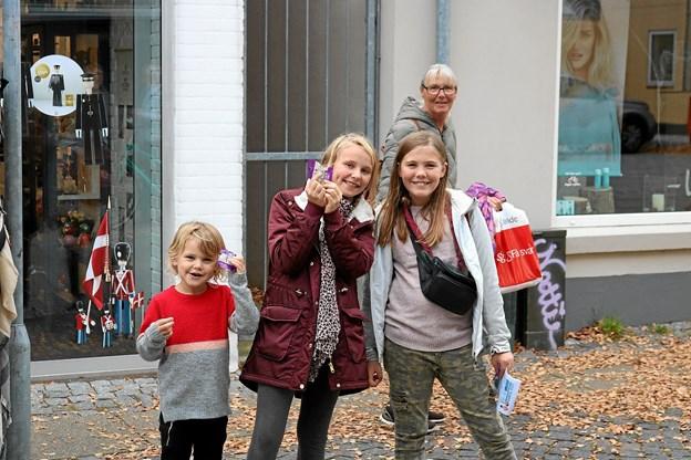Her har Augusta, Sophia og Iben sammen med bedstemor været på besøg hos Kop & Kande, hvor de hver fik et Poul Pava krus. Foto: Tommy Thomsen