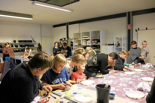I Glashuset på Gasværksvej i Sæby var stemningen høj under fremstillingen af mange flotte glasbilleder. Inge Frydkjær glædede sig over den flotte opbakning.