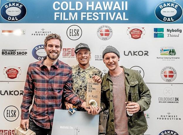 Den norske surf-fotograf Hallvard Kollveit (tv.) , Klitmøller surferen Oliver Hartkopp og den svenske co-fotograf og filmklipper Jonathan Strömberg vandt Cold Hawaii Film Festival 2018. Foto : Mette Johnsen