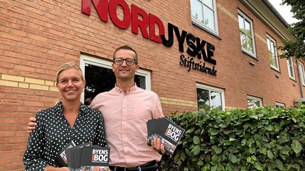 Pernille Thygesen og Dan Kobberup her med et eksemplar hver af Byens Rabatbog, som man kan få fingrene i fra torsdag 30. august i de af byens detailbutikker, som er med i bogen.