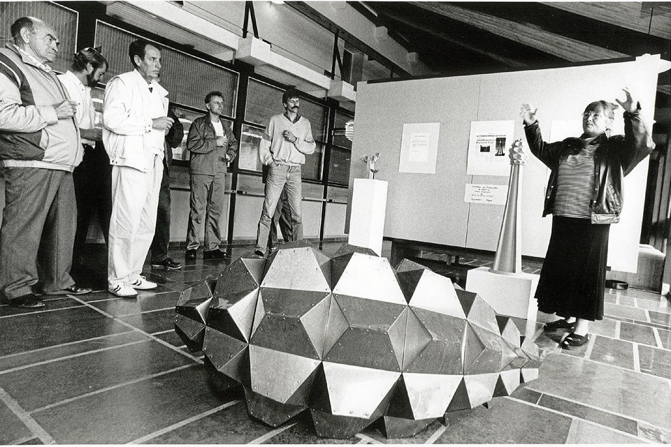 Borgerinddragelse fandt også sted, da man skulle finde frem til en udsmykning af den gamle vindmølle ved varmeværket og viadukten. Kunstneren Gerda Thune Andersen løb med prisen og præsenterer her sit vinderprojekt Koglen – eller håndgranaten, som nogle har døbt den. Et kunstværk, som man kan se – uanset hvor i Skagen, man befinder sig.  Foto: Lokalhistorisk Arkiv Skagen