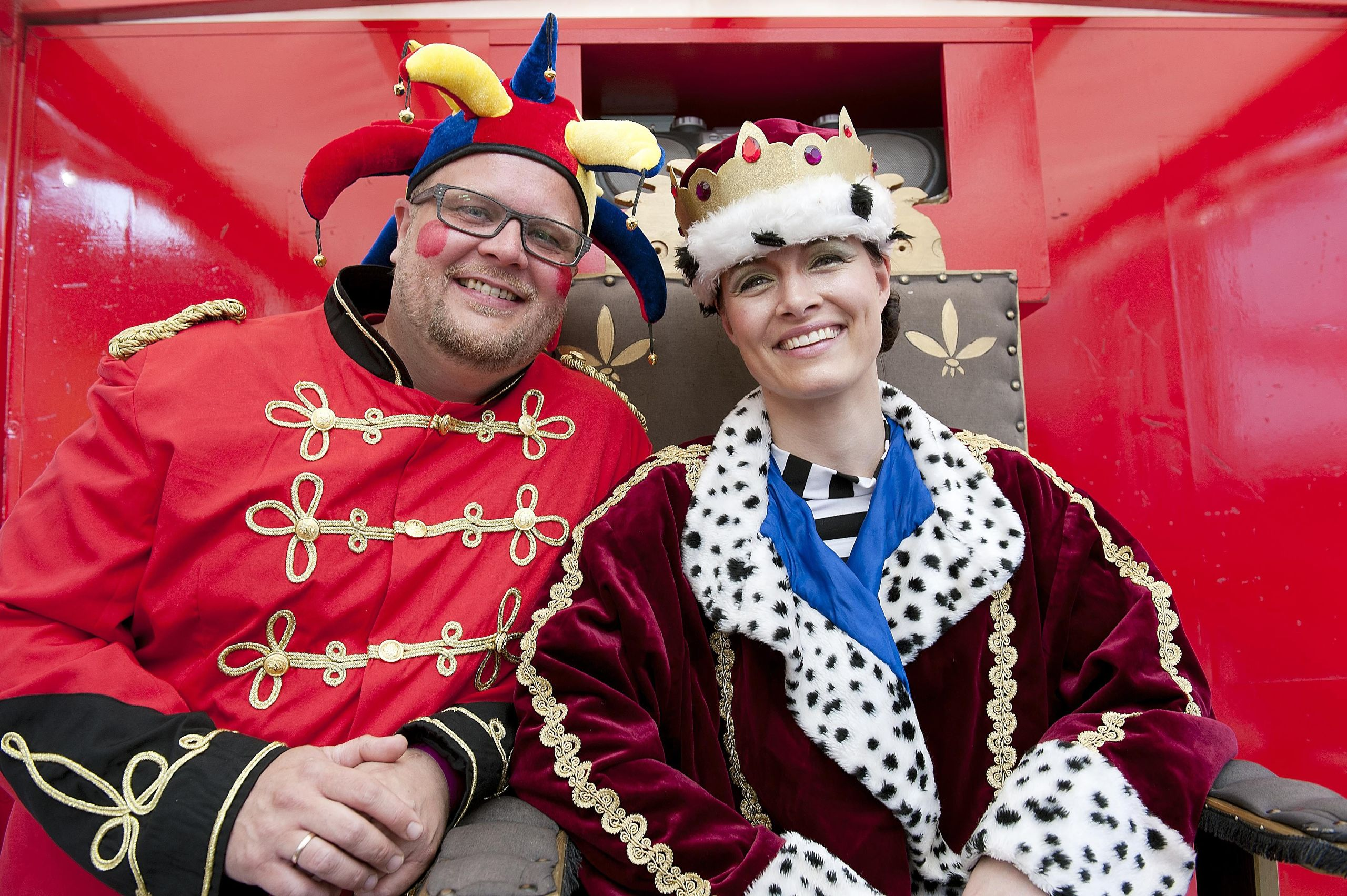 I 2012 kunne daværende vært på ANR Anne Kejser smykke sig med både kappe og krone. Hun medbragte eget hof -  inklusive hofnarren Niels Skovmand. Arkivfoto: Claus Søndberg