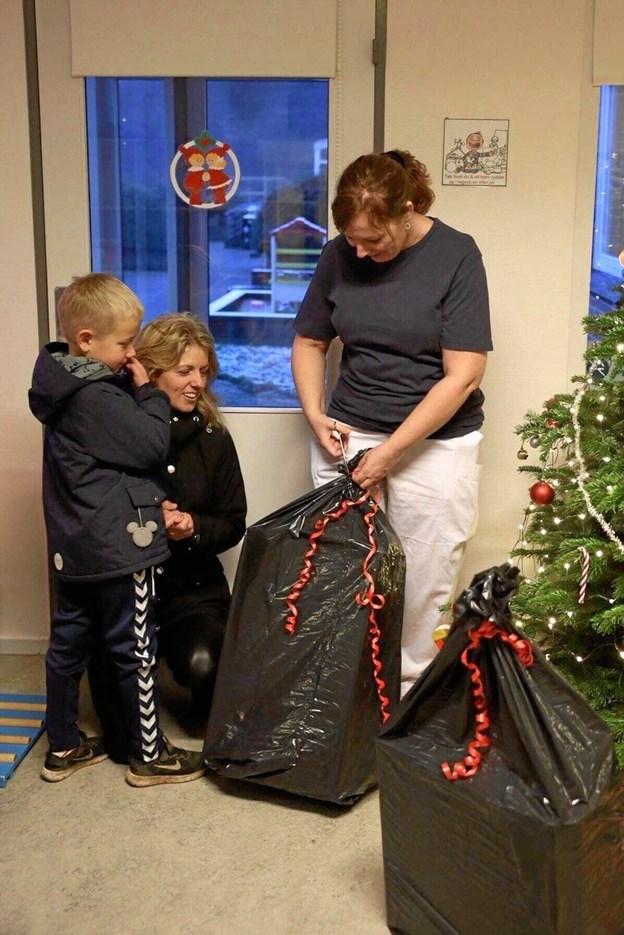 Anne Ziegler Sørensen besøgte inden jul børneafdelingen med sække fyldt med gaver. Privatfoto: Jasmin Munk
