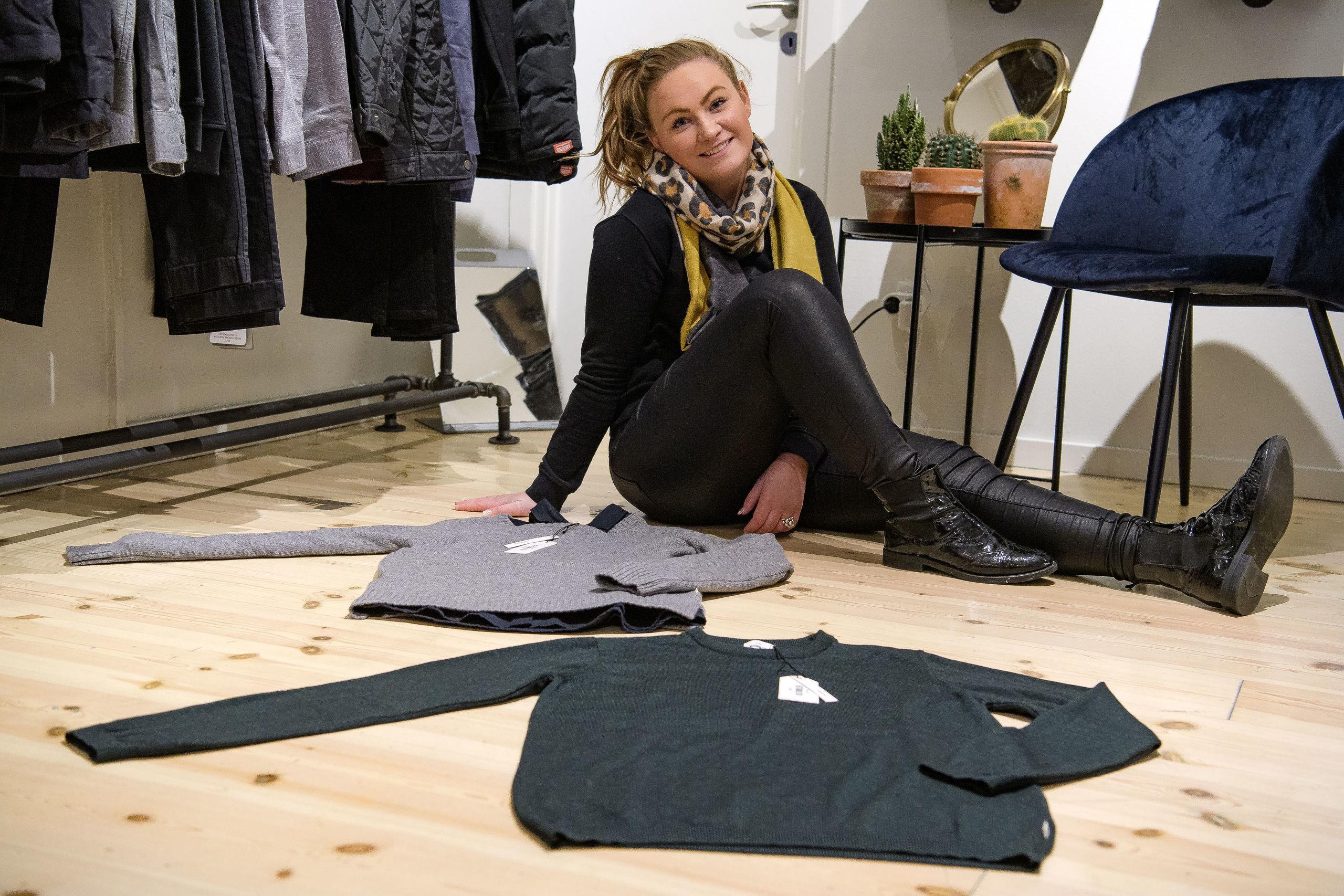 Amalie Marlene Duus i det romantiske hjørne. Ens sweatere er et godt bud på gaven, der skal udveksles mellem parret. Foto: Anne Helene Kahr Thomsen