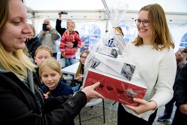 Julie Bendsten modtog andenpræmien af Imercos Trine Skjernø Kobberø. Foto: Bo Lehm Foto: Bo Lehm