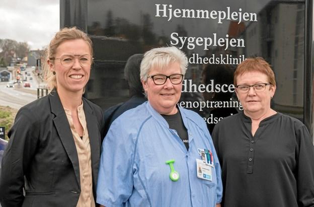 50-årige Anne-Marie Østergaard Kreutzer (i midten) er en af dem, der har taget i mod tilbuddet om en uddannelsesaftale. Her er hun flankeret af rekrutteringskonsulent Lene Vejrhøj Busk (tv) og uddannelsesansvarlig i Mariagerfjord Kommune Vera Larsen.