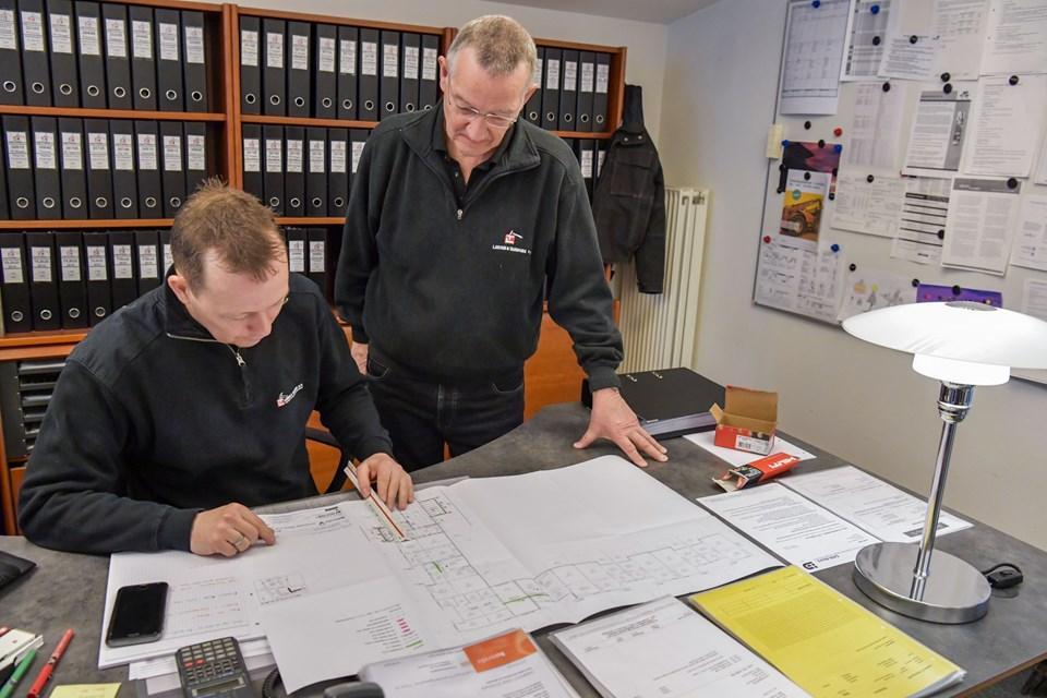 Omkring 40 er ansat i virksomheden. Heraf er fem på kontoret - fire byggeledere, hvoraf to er bygningskonstruktører og en bogholder. Her er det tegningerne over renoveringen af fem boligblokke i Sindal, som studeres. Foto: Kim Dahl Hansen