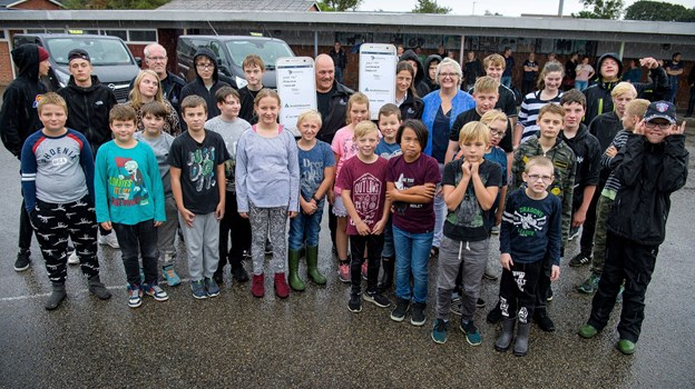 Hurup Taxas vognpark var fredag formiddag linet op på Bedsted Skole, hvor pengene blev overrakt til de glade elever. Foto: Bo Lehm