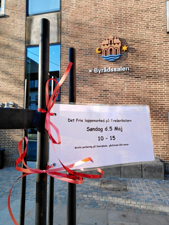 Rundt omkring i byen kan du se invitationen til loppemarkedet. Foto: Mit Frederikstorv