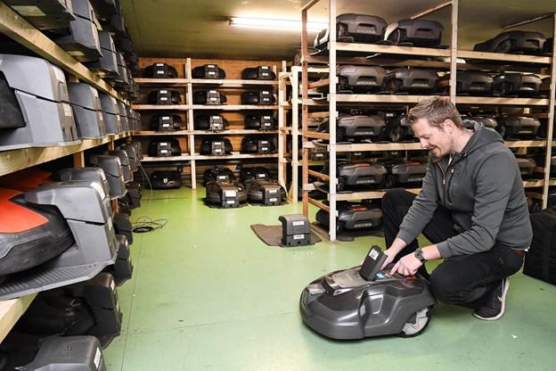 Anders Laustsen har flere end 300 robotter i vinterpension. Foto: Bent Bach. Bent Bach