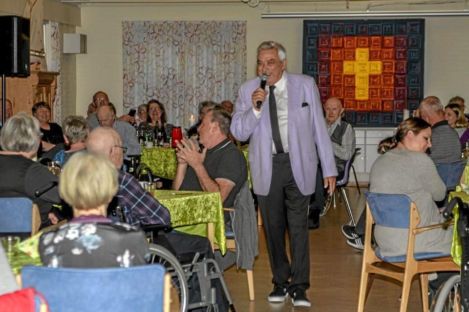En meget veloplagt Johnny Reimar underholdt med sine kendte sange, som mange kunne synge med på. Foto: Mogens Lynge Mogens Lynge