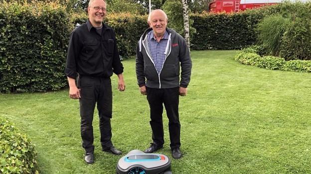 Niels Husted (th.) fra Harring vandt robotplæneklipperen i en landsdækkende konkurrence i kæden KOM-PLET, som Kurt Bliksteds firma Thy Traktor og Maskinservice i Thorsted er medlem af. Foto: Carsten Hougaard