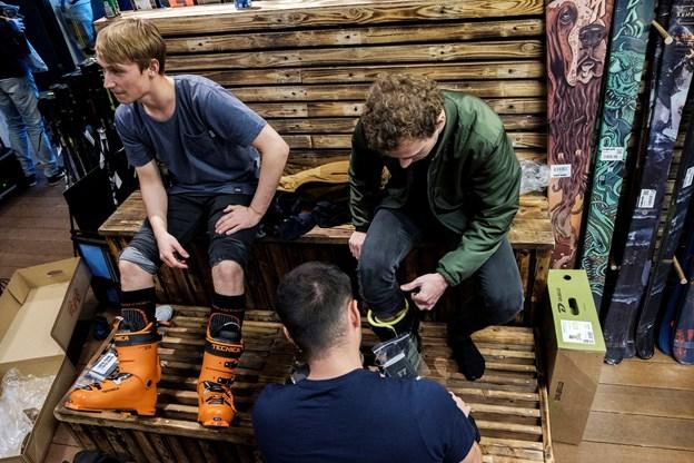Omkring 40 unge fra Nordjylland har den kommende uge kurs mod først en uddannelse og siden et job som skiinstruktør. Forleden var de samlet hos Surf & Ski for at prøve udstyr.