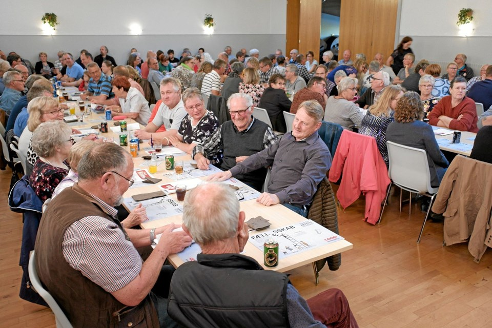 Lendum Kultur- og Borgerhus var fyldt til bristepunktet til Dagli' Brugsens ordinære generalforsamling. 80 deltog i fællesspisningen og 130 i generalforsamlingen. Foto: Niels Helver