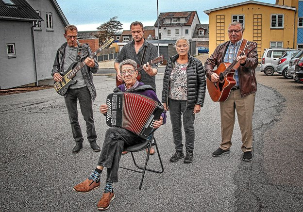 Familien Mogensen: Kaj, Jens, Jakob og Ina, samt Finn Munkholm på guitar er klar til at give pensionisterne en god fest i Hurup 31. oktober. Foto: Hans B. Henriksen