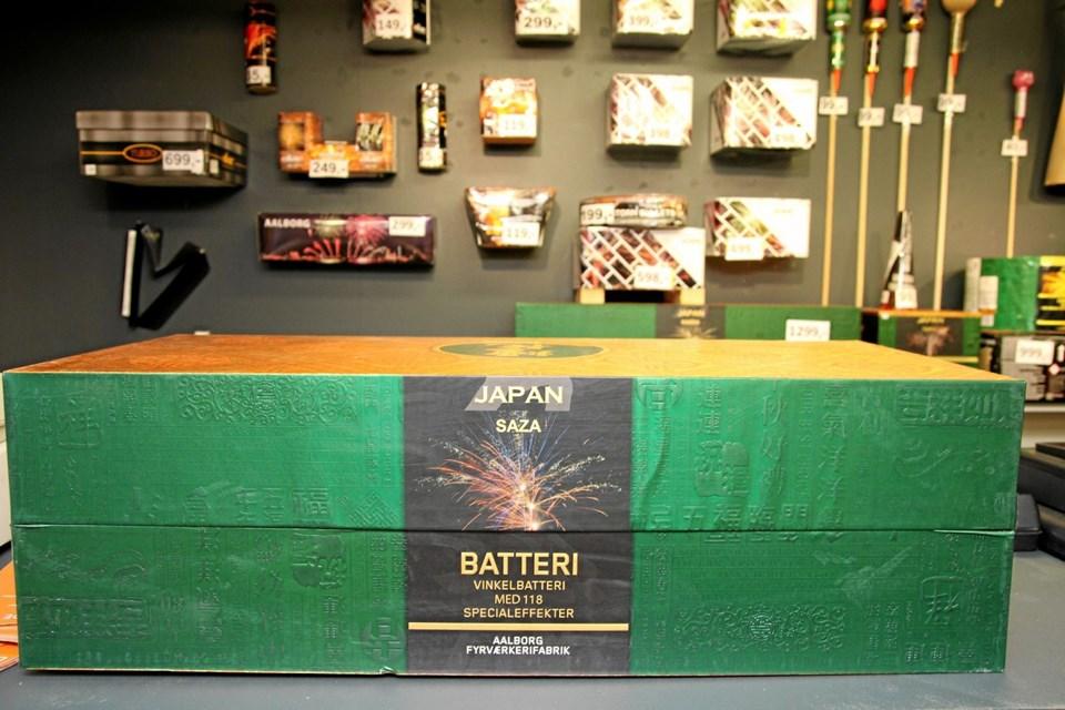 Batterierne er meget populære. Ikke mindst de såkaldte compound-batterier, som er et stort batteri bestående af flere mindre batterier, der er serieforbundet. Her et batteri til omkring 1200 kr. I øvrigt er alle batterier og raketter i butikken attrapper. Den ægte vare opbevares i containere. Foto: Flemming Dahl Jensen Flemming Dahl Jensen